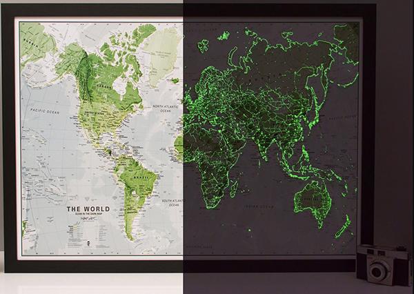 Mapa světa svítící ve tmě