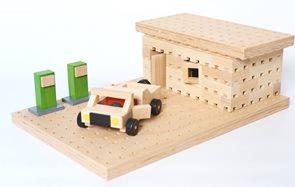 Dřevěná stavebnice Buko - Benzínka s autíčkem, 99 dílů